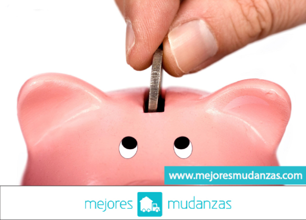 Alcancía ahorrando dinero en su Mudanzas económicas